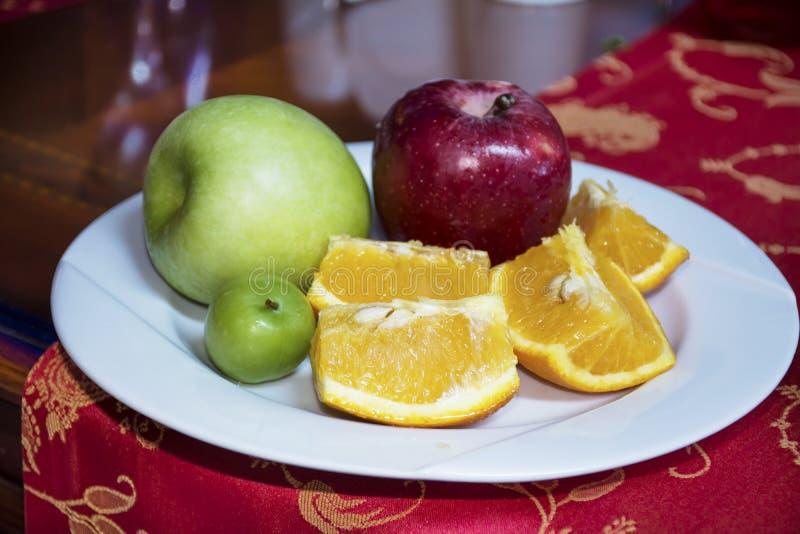 Белое блюдо с свежим зеленым яблоком, красным яблоком и апельсином стоковые изображения