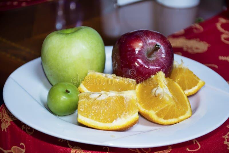 Белое блюдо с свежим зеленым яблоком, красным яблоком и апельсином стоковое изображение