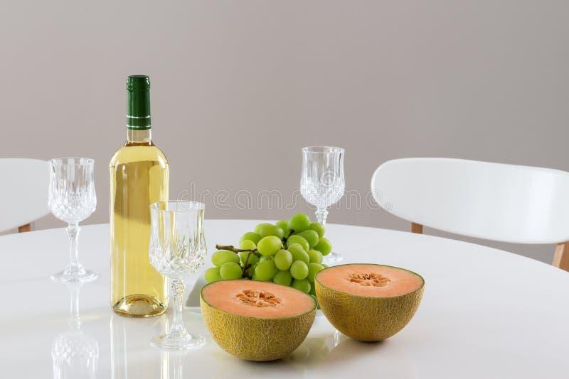 Белое вино, дыня и виноградины стоковые изображения rf