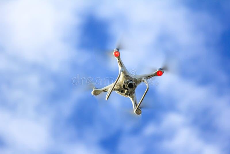 Белое летание трутня стоковое фото rf