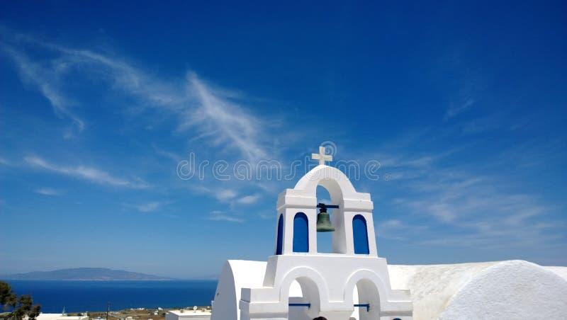 Белое здание в городке Oia в Santorini, с красивыми видами моря на заднем плане стоковая фотография rf