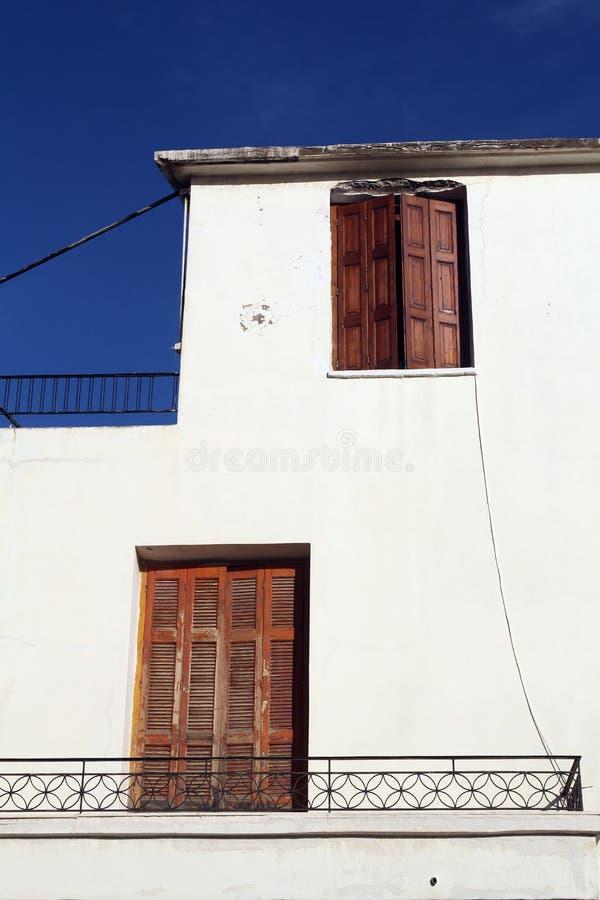Белое здание с винтажными деревянными штарками стоковые изображения rf