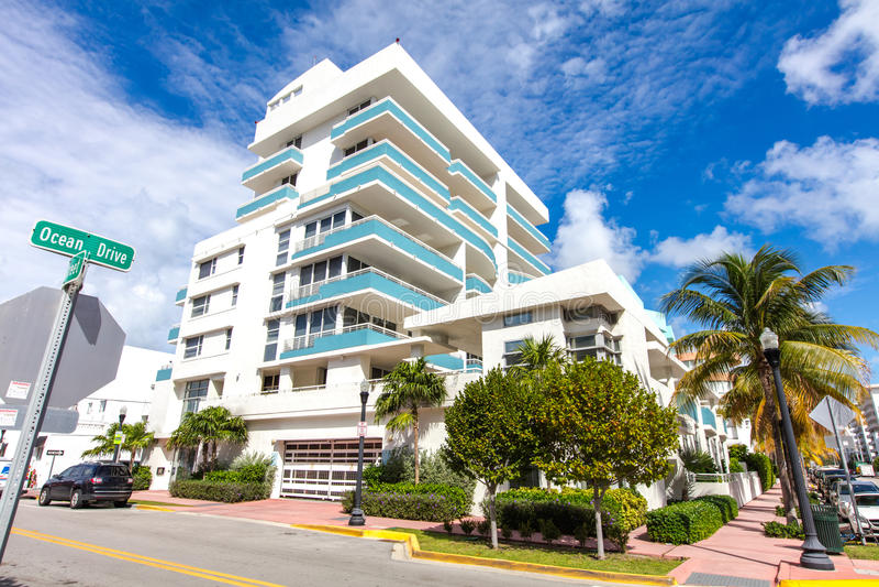 Белое и голубое здание в приводе океана пляж miami стоковое фото