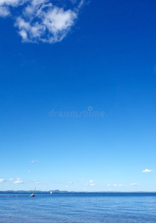 Белое облако над озером стоковые изображения