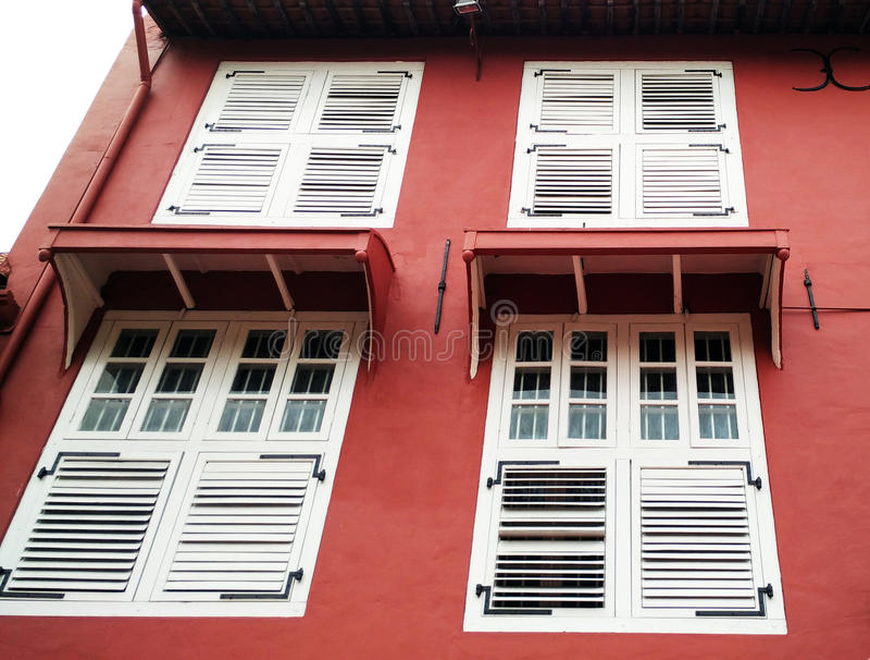 Белое окно с красной стеной стоковая фотография rf