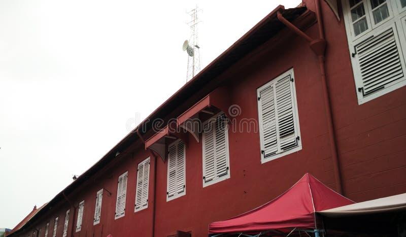 Белое окно с красной стеной стоковые фото