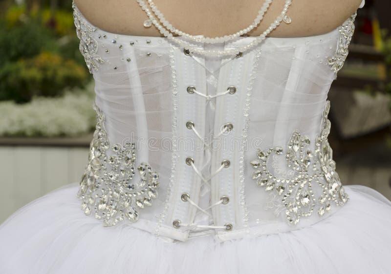 Белое платье невесты - взгляд от задней части с шнуровкой стоковые фото