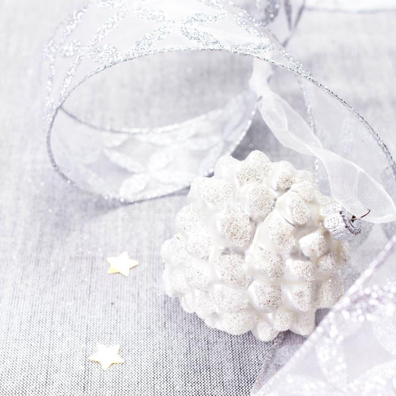 Белое рождество. Украшения рождества с белыми шариком и silve стоковые фото
