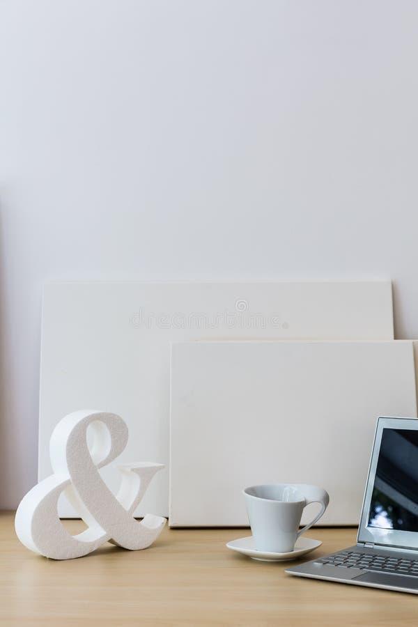 Белое украшение на таблице стоковые изображения