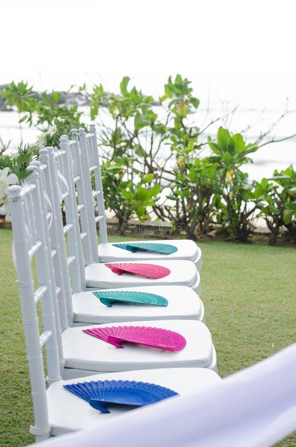 Белое украшение стула в свадьбе на пляже стоковые изображения rf