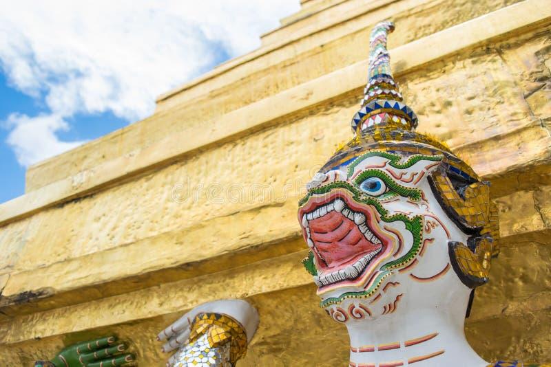 Белое Hanuman снесло большую пагоду стоковые изображения rf