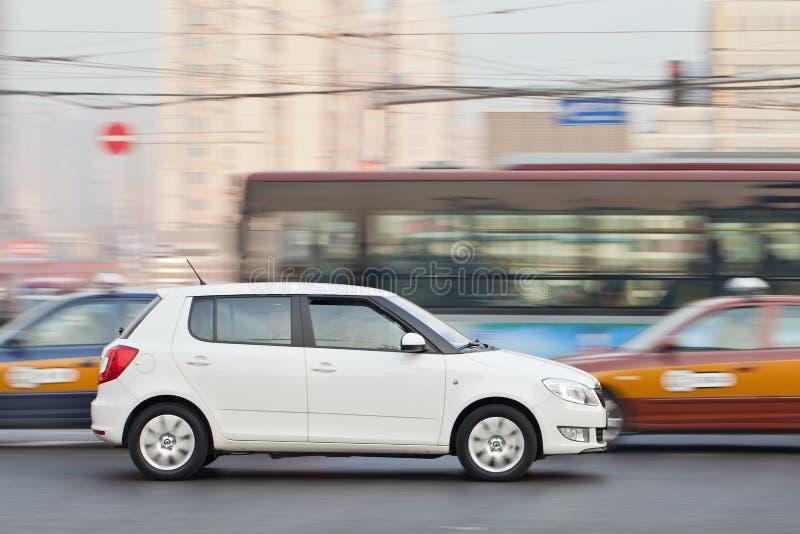 Белое Skoda Fabia в занятом движении, Пекине, Китае стоковые фотографии rf