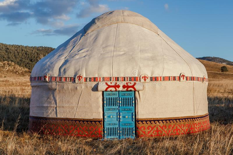 Белое Yurt - шатер ` s кочевника национальное жилище людей Казахстана стоковая фотография