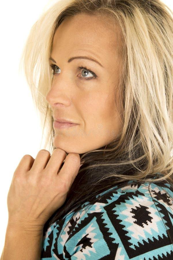 Белокурая голова женщины в голубой и черной улыбке стороны рубашки смотрит вверх стоковые фотографии rf