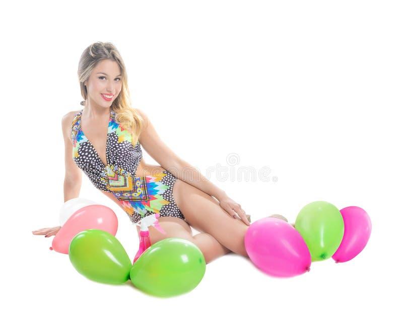 Белокурая девушка в купальном костюме стоковая фотография