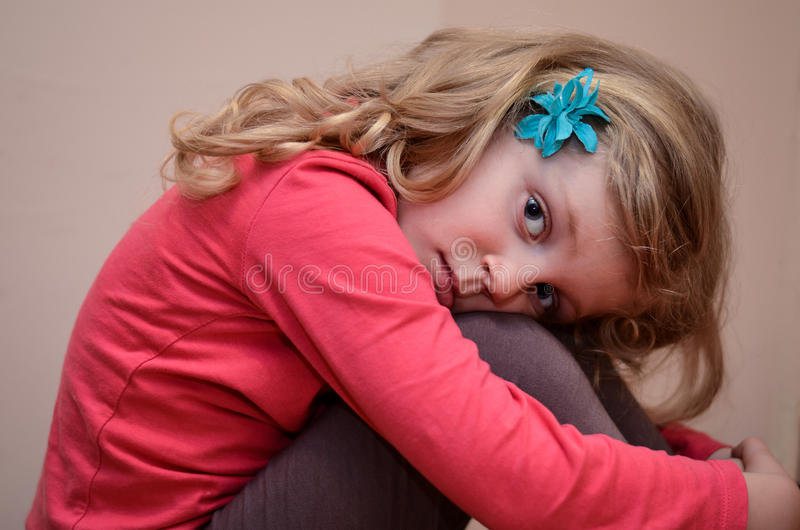 Белокурая девушка держа ее колени стоковые фотографии rf