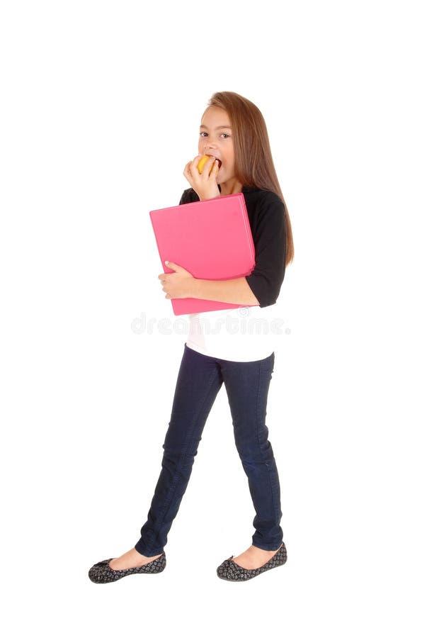 Белокурая девушка есть яблоко стоковое фото
