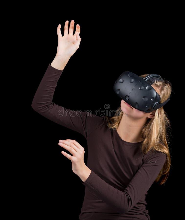 Белокурая девушка используя VR - шлемофон виртуальной реальности стоковые изображения