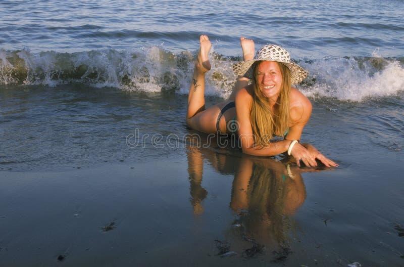Белокурая девушка на пляже стоковая фотография