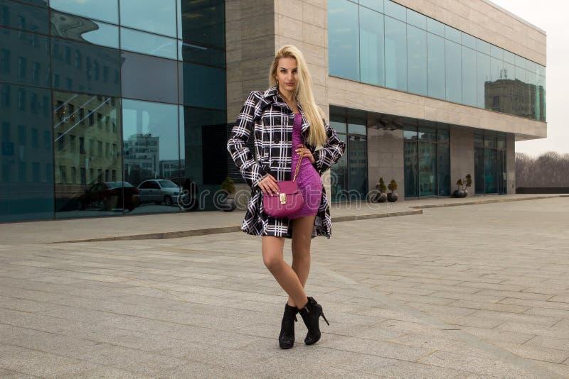 Белокурая девушка представляет в городе стоковое изображение rf