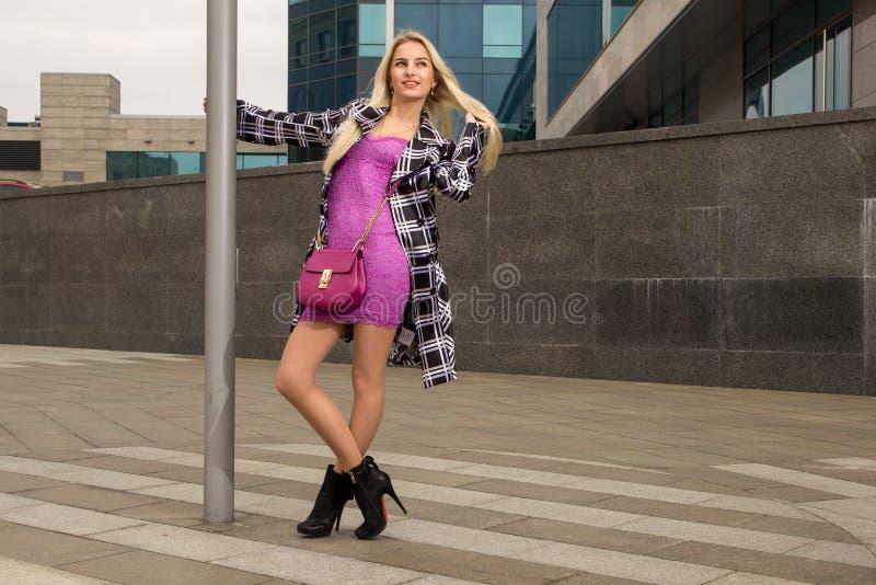 Белокурая девушка представляет в городе стоковое фото rf