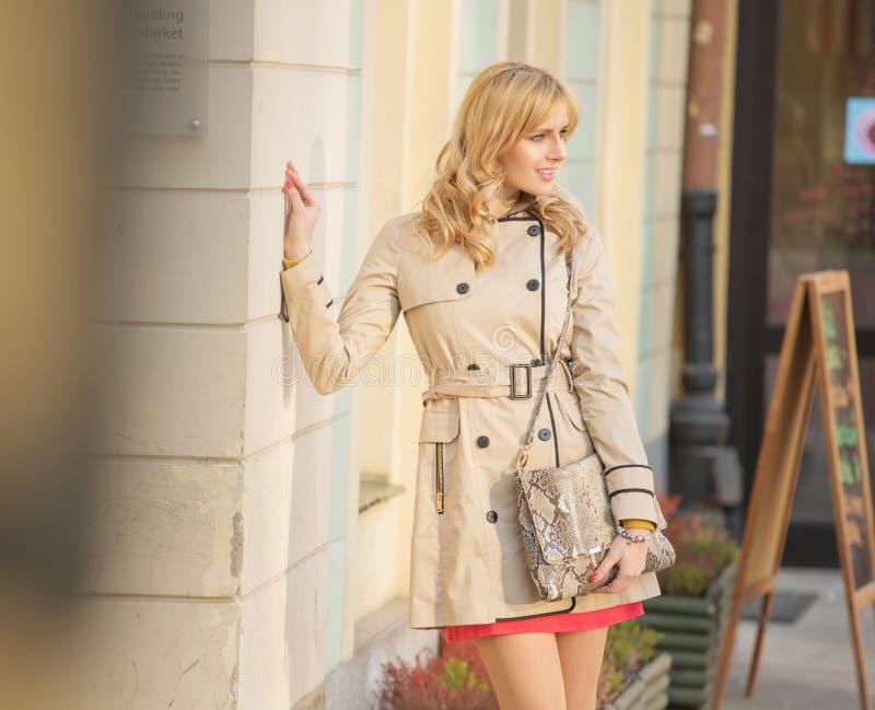 Белокурая девушка представляя рядом с зданием стоковые фото
