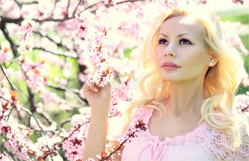 Белокурая девушка с вишневым цветом. Весна стоковое изображение