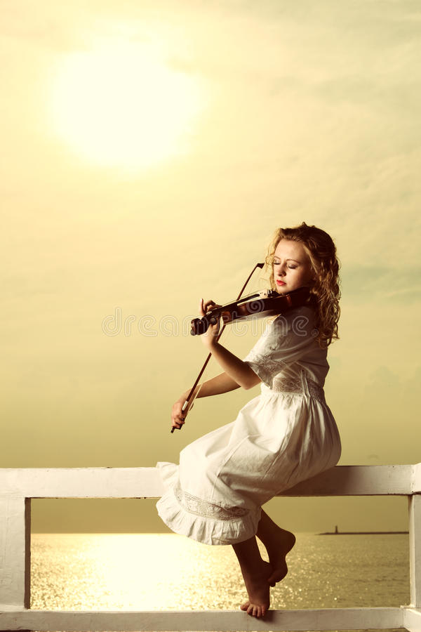 Белокурая девушка с скрипкой внешней стоковые фотографии rf
