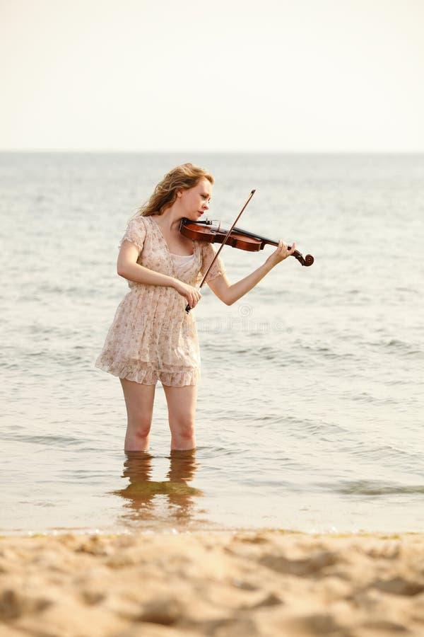 Download Белокурая девушка с скрипкой внешней Стоковое Фото - изображение насчитывающей напольно, mozart: 33735734