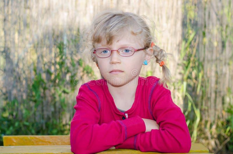 Download Белокурая девушка с стеклами Стоковое Изображение - изображение насчитывающей школа, таблица: 41662781