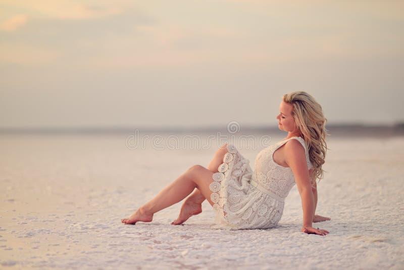 Белокурая девушка стоковое изображение