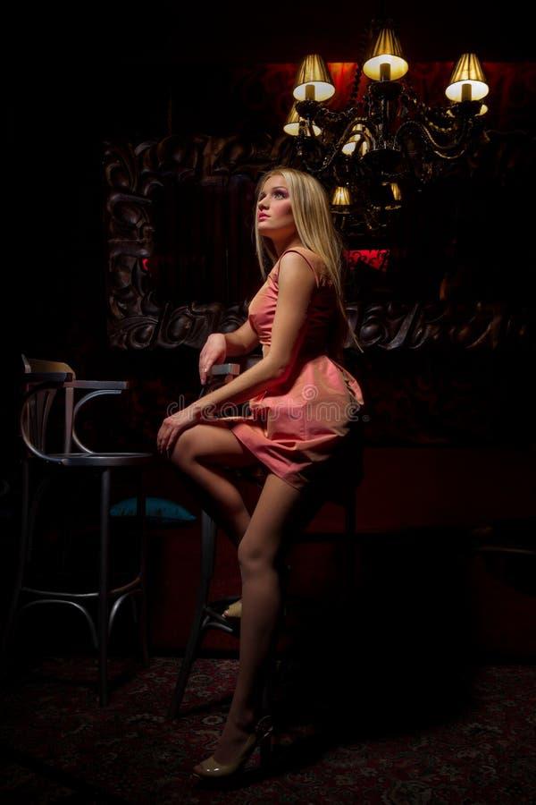 Белокурая женщина в розовом платье стоковые изображения rf