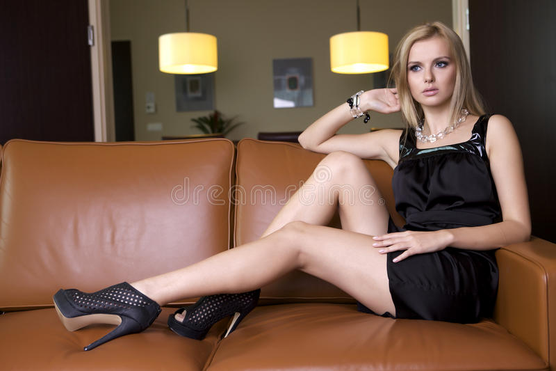 Белокурая женщина в черном платье стоковое фото