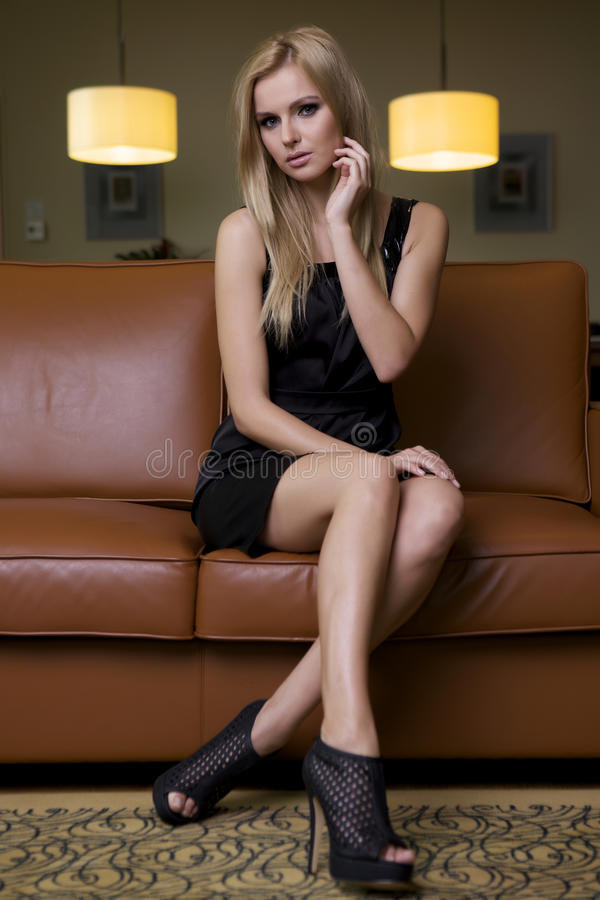 Белокурая женщина в черном платье стоковая фотография