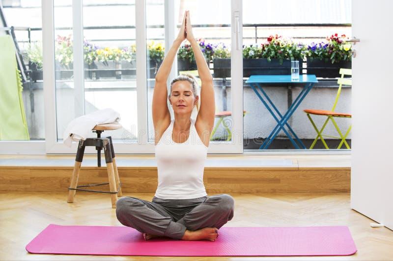 Белокурая женщина делая йогу стоковое фото rf