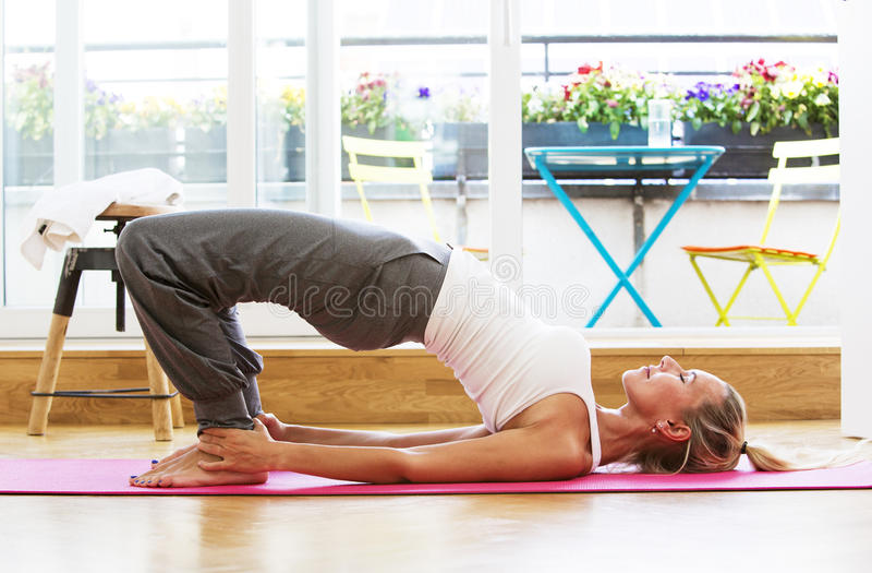 Белокурая женщина делая йогу стоковое изображение