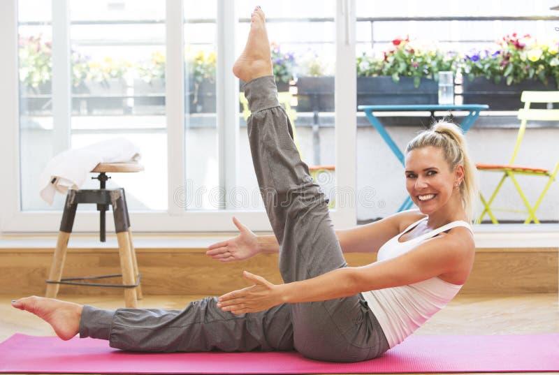Белокурая женщина делая йогу стоковая фотография