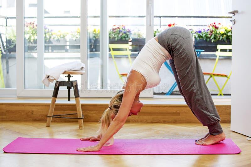 Белокурая женщина делая йогу стоковые изображения rf