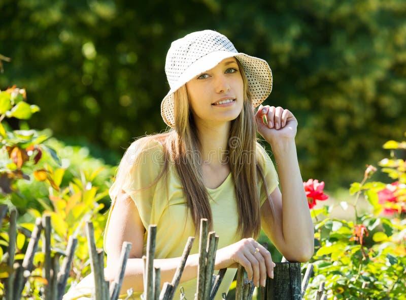 Белокурая женщина около загородки стоковое фото