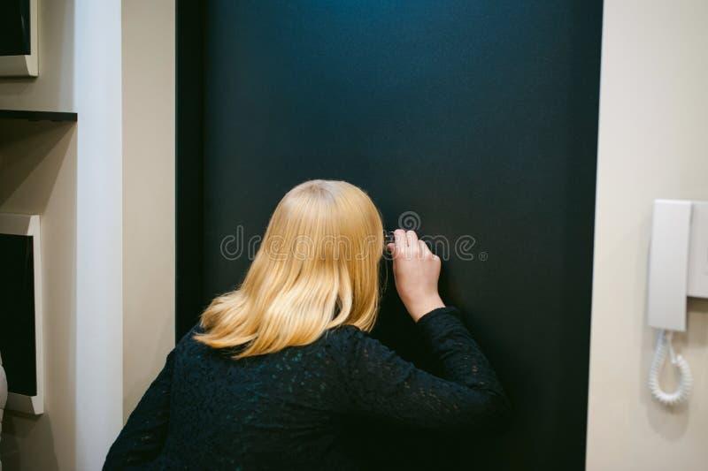 Белокурая женщина отвечает звонку стоковые изображения