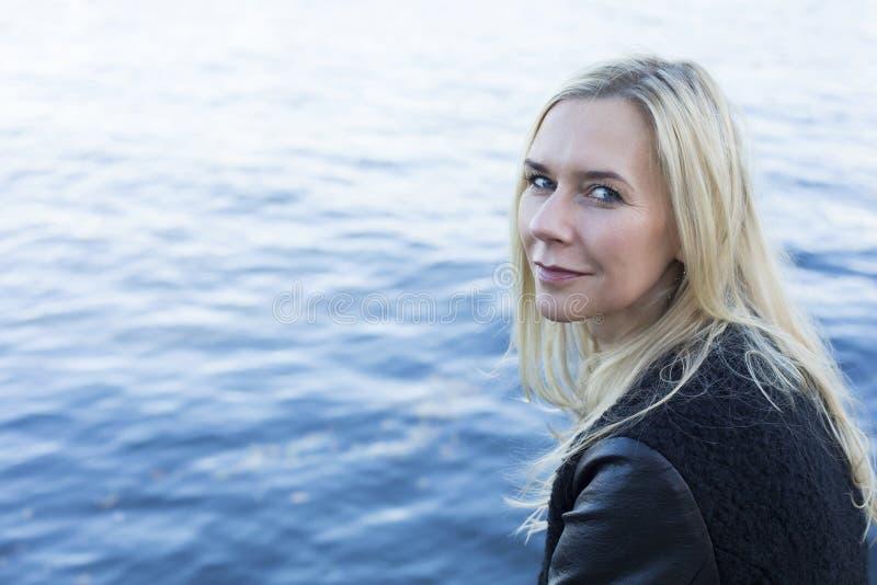 Белокурая женщина портовым районом стоковое изображение rf