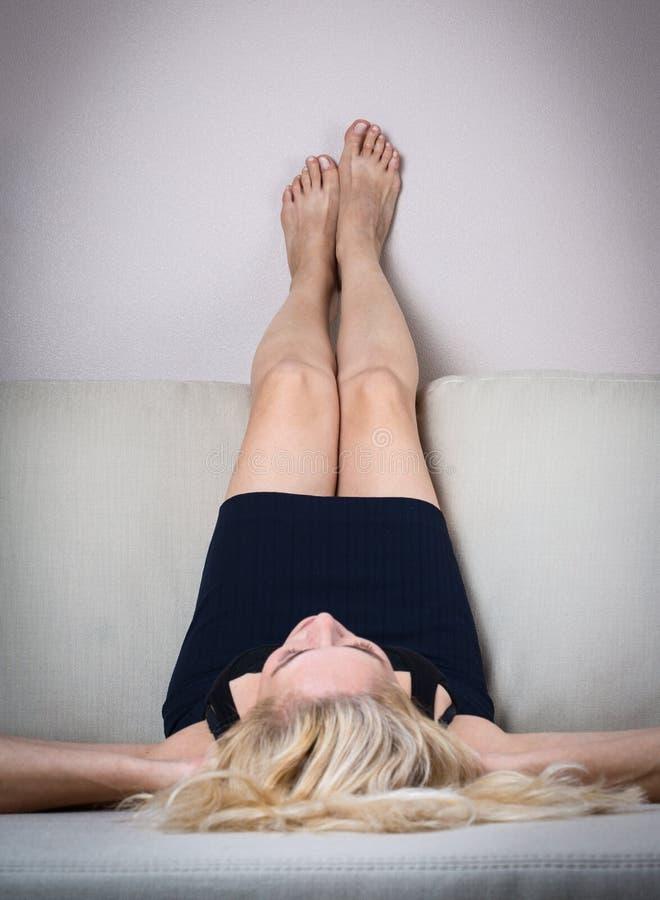 Белокурая женщина с утомленной ногой стоковое фото rf