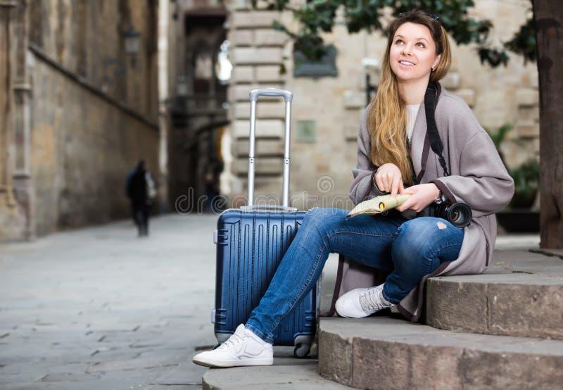 Белокурая жизнерадостная девушка держа брошюру стоковые изображения