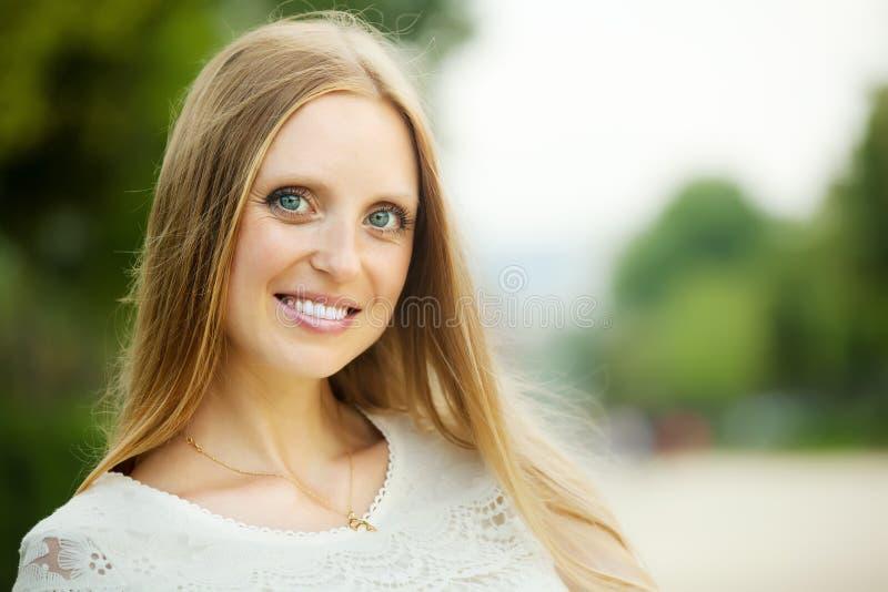 Белокурая длинн-с волосами взрослая женщина стоковое изображение