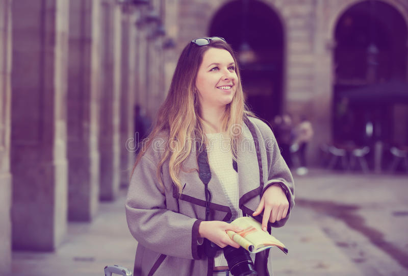 Белокурая милая девушка держа брошюру в руках стоковое фото rf