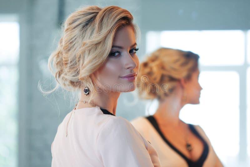 белокурая модель волос способа привлекательные детеныши женщины стоковая фотография rf