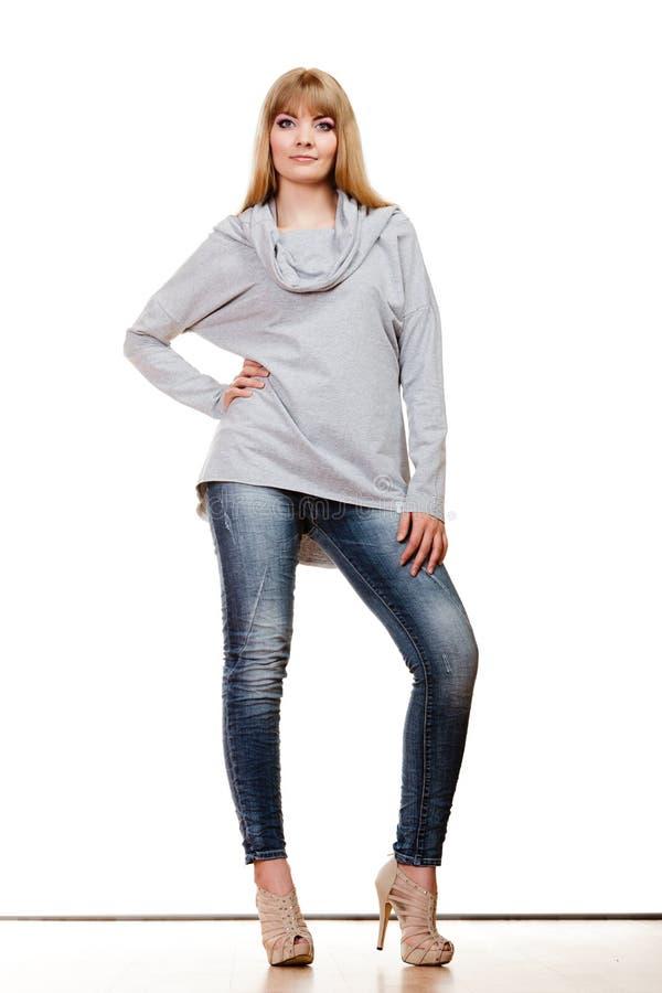 Белокурая модная женщина внутри во всю длину стоковые фотографии rf