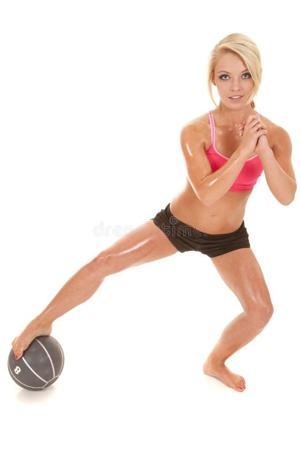Белокурая нога шарика медицины фитнеса женщины дальше стоковая фотография rf