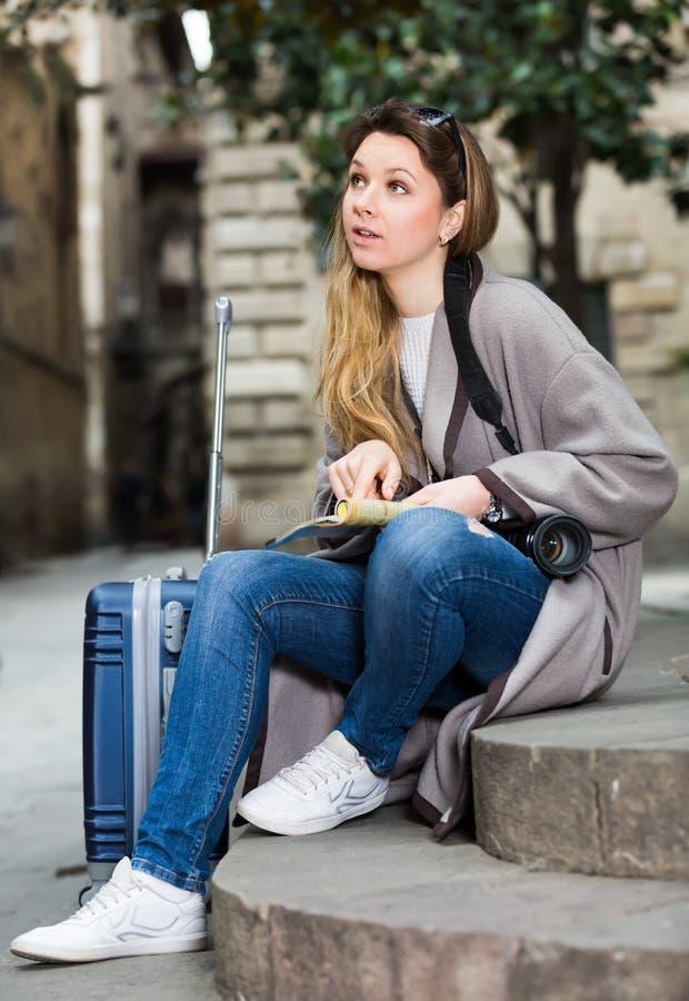 Белокурая обычная девушка держа брошюру стоковое изображение