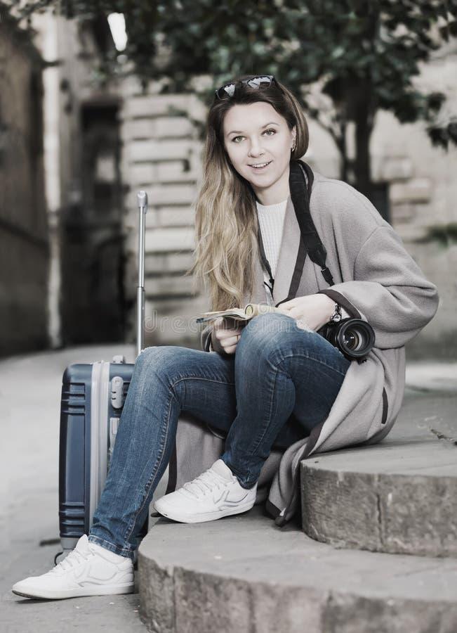 Белокурая радостная девушка держа брошюру стоковое изображение rf